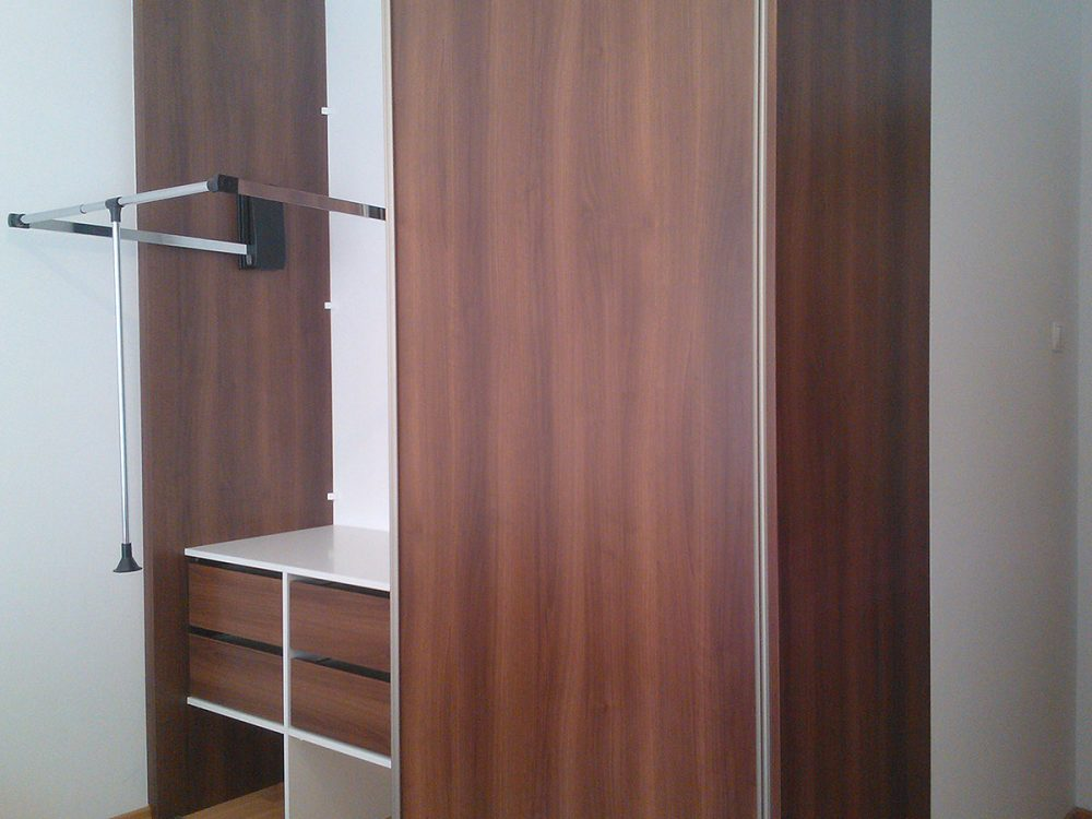 Dwu-skrzydłowa szafa z systemem drzwi przesuwnych, drzwi w kolorze boków szafy, wyciągany na zewnątrz wieszak