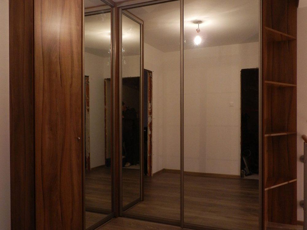 Szafa narożna, dwoje drzwi przesuwnych (lustro) oraz drzwi rozwierane (płyta) - drzwi zamknięte