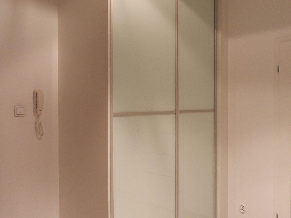 Prosta szafa, drzwi drzwi przesuwne, skrzydła ze szkła mlecznego