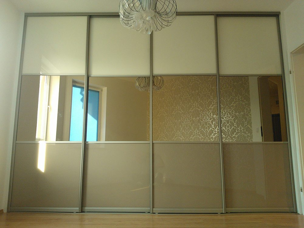 Szeroka szafa z drzwiami przesuwnymi, skrzydła w 2 kolorach + lustra po środku