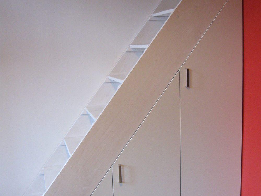 Zabudowa skosów pod schodami, drzwi zamknięte