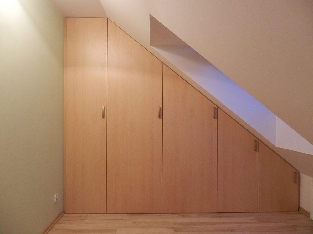 Zabudowa dużego skosu - szafa, drzwi rozwierane