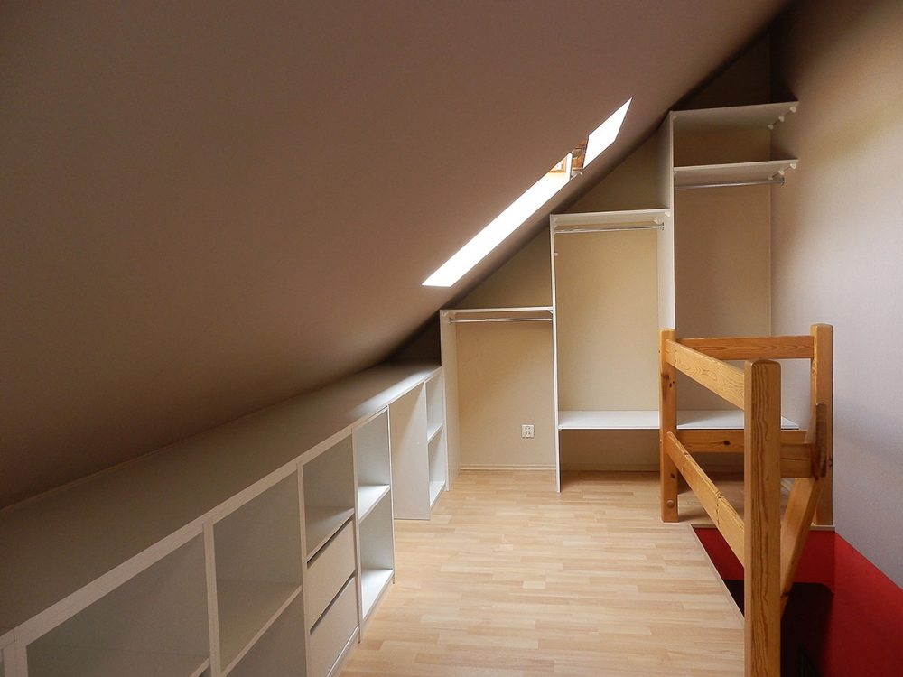 Otwarta zabudowa skosów - garderoba i półki z szufladami