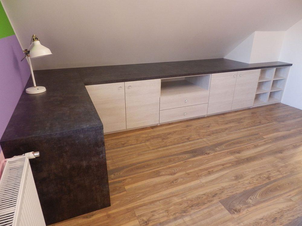 Użytkowa zabudowa poddasza, biurko z szafkami, półkami oraz szufladami