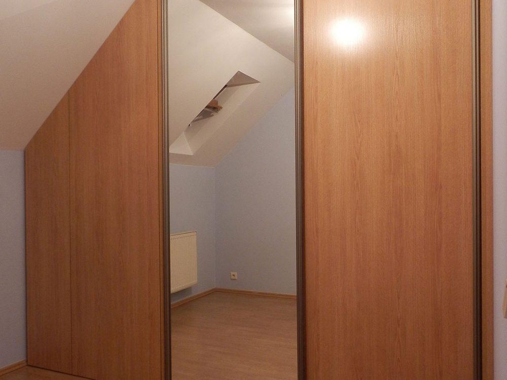 Szafa jako zabudowa pomieszczenia ze skośną ścianą