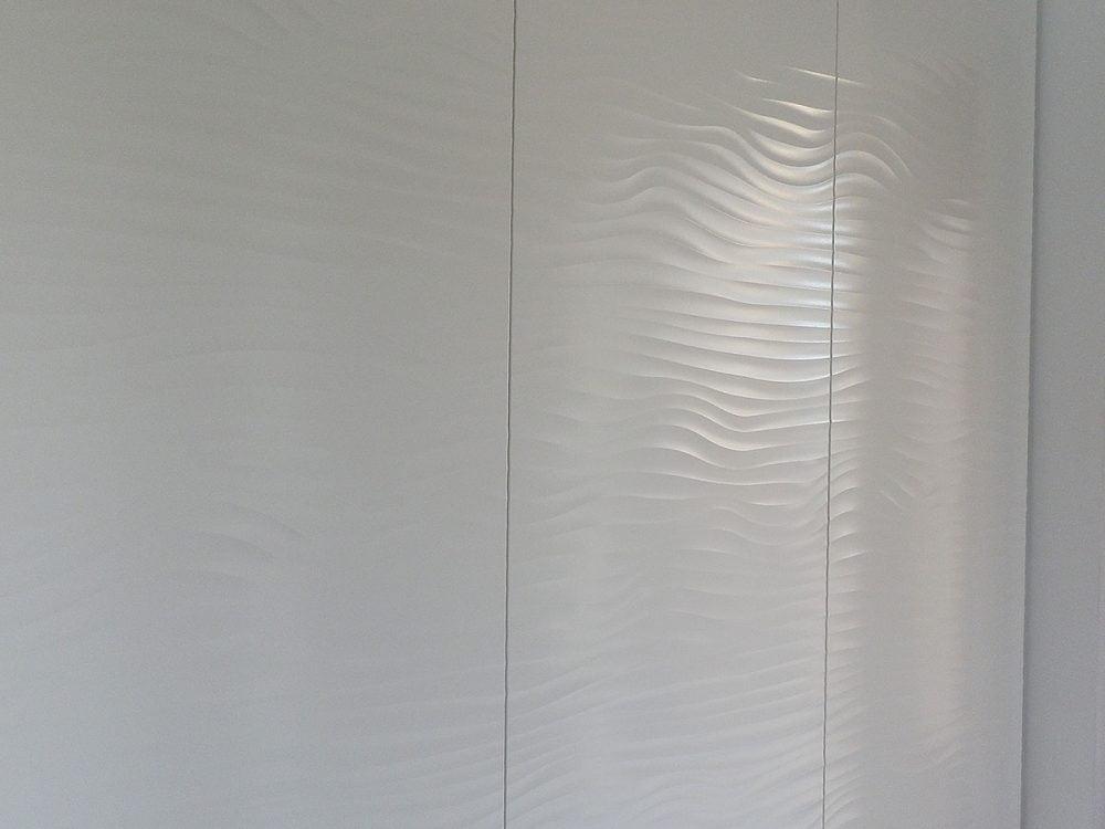 Podwieszana szafa w nowoczesnym stylu, rozwierane fronty z falistym wzorem