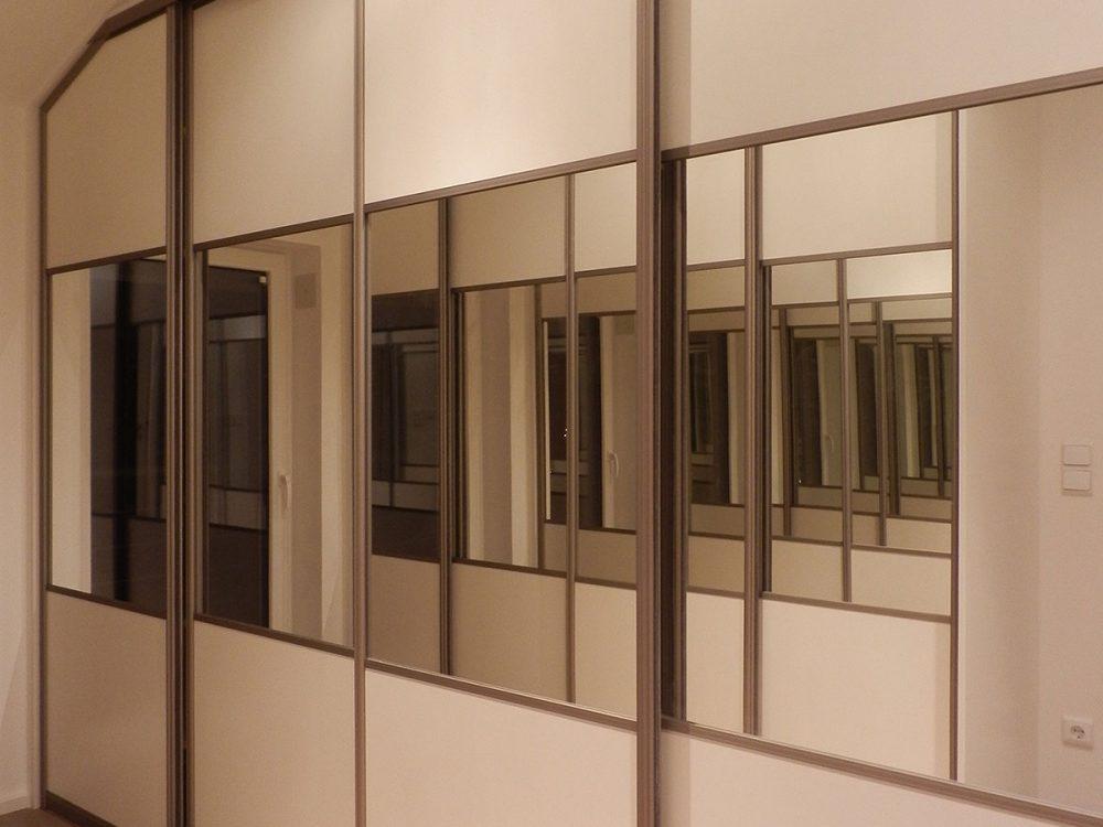 Dwie szafy z czterema skrzydłami drzwi przesuwnych z lustrami-2