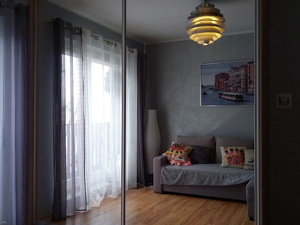 Szafa z szerokimi drzwiami przesuwnymi, pełne lustro