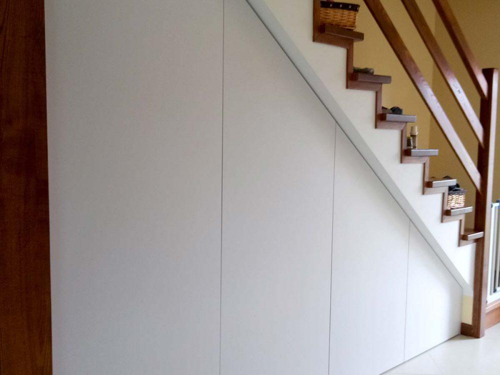 Zabudowa skosu pod schodami, biała płyta laminowana otwierana na tipon