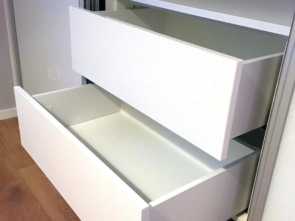 Szafa z białej płyty, drzwi lacobel biały - szuflady
