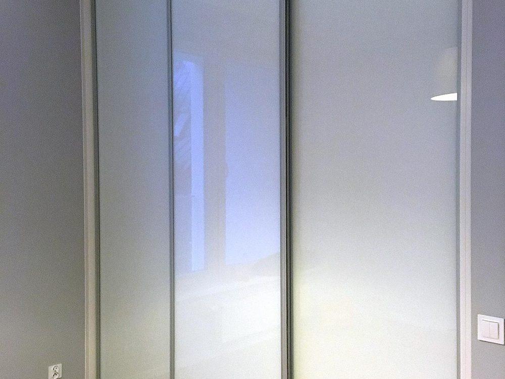 Szafa z białej płyty, drzwi lacobel biały