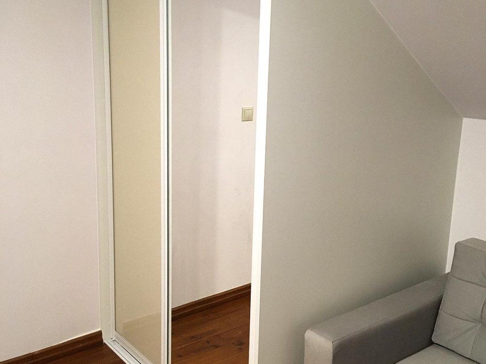 Zabudowy pod skosem z białej płyty, drzwi przesuwne - 2skrzydła, drążek