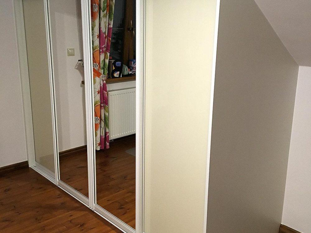 Zabudowy pod skosem z białej płyty, drzwi przesuwne - 4 skrzydła, szuflady