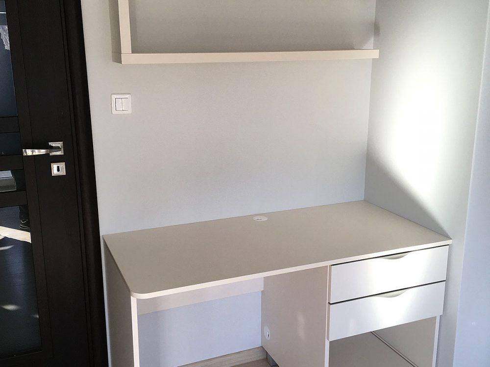 Komplet - białe biurko z półką