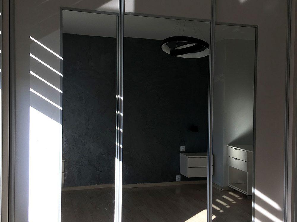 Szafa z drzwiami przesuwnymi, wycentrowany kwadrat z luster