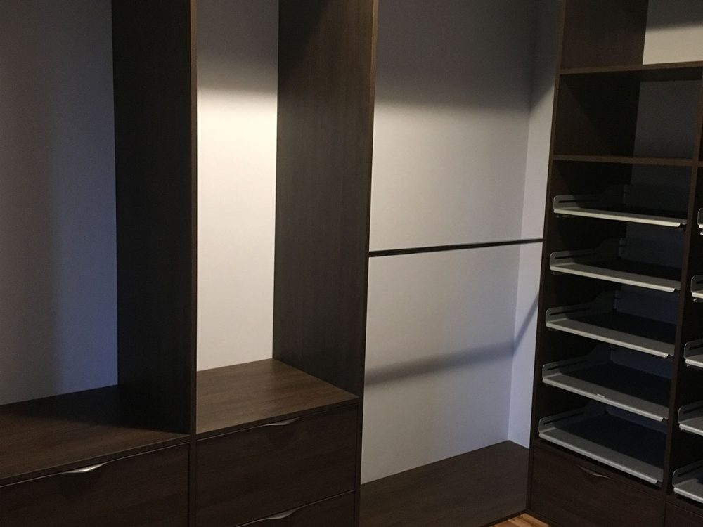 Pojemna garderoba z szufladami na obuwie