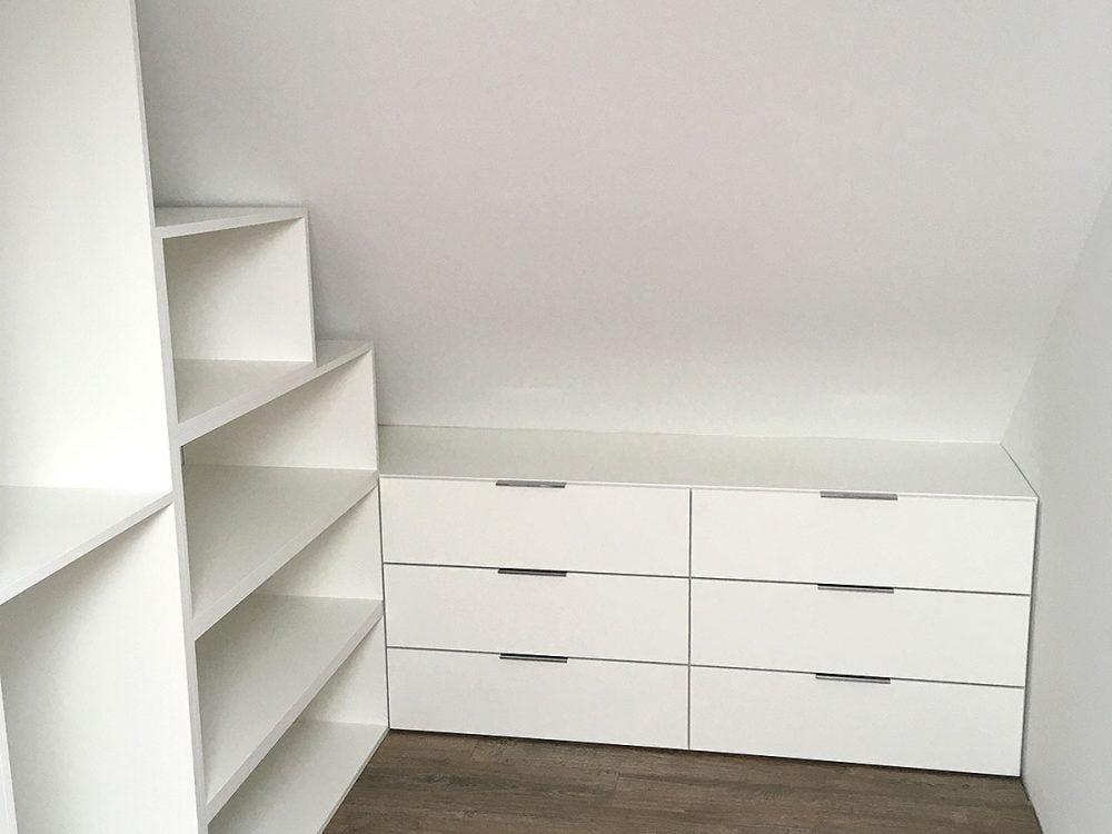Biała garderoba pod ścianę skośną