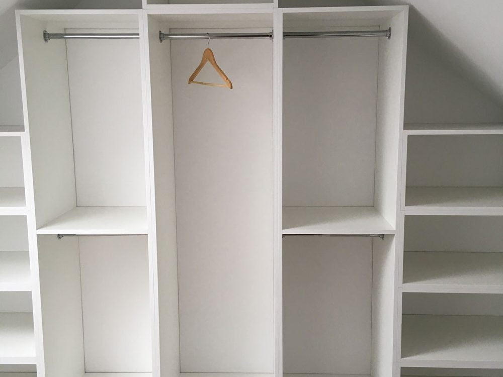 Biała garderoba pod ścianę skośną-3