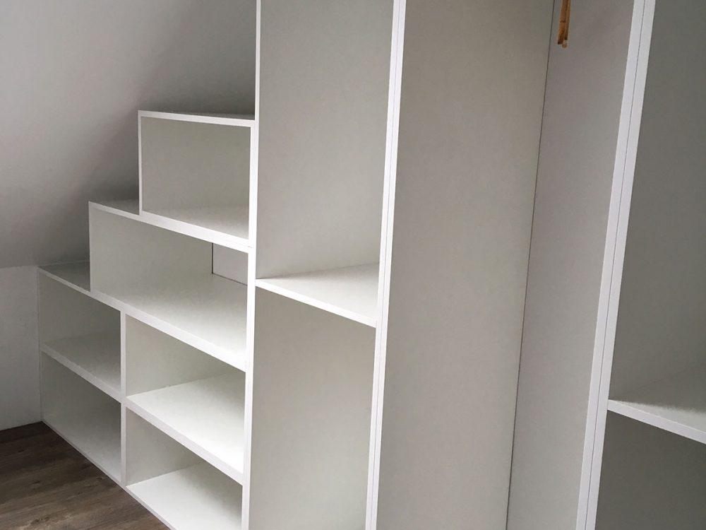 Biała garderoba pod ścianę skośną-2