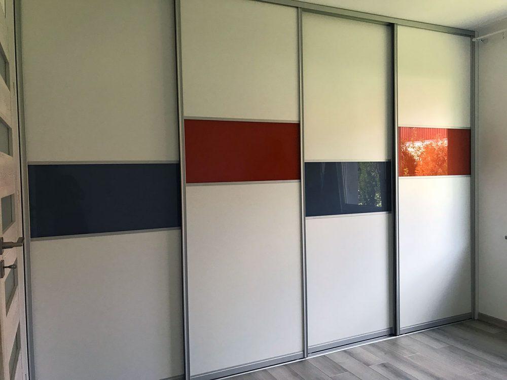 Biała szafa z kolorowymi elementami (szkło)