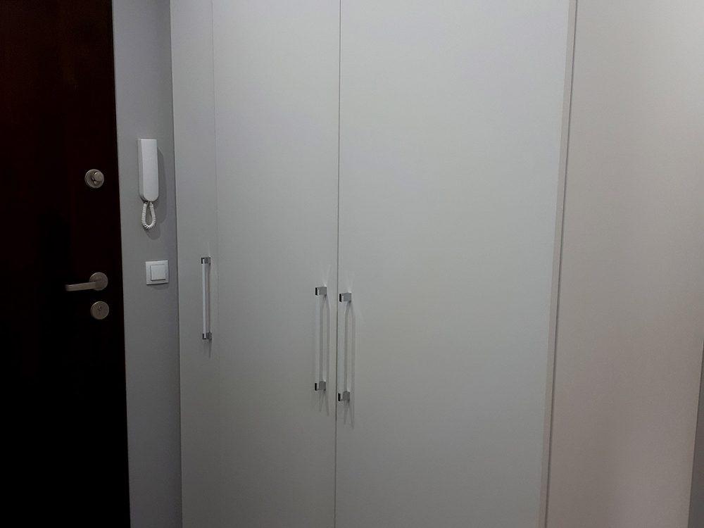 Biała szafa do przedpokoju, drzwi rozwierane