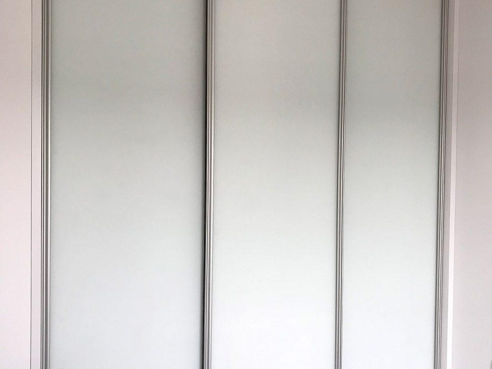 Biała szafa z przesuwnymi drzwiami