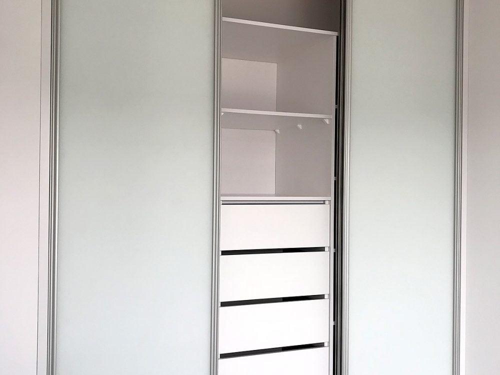 Biała szafa z przesuwnymi drzwiami - otwarta