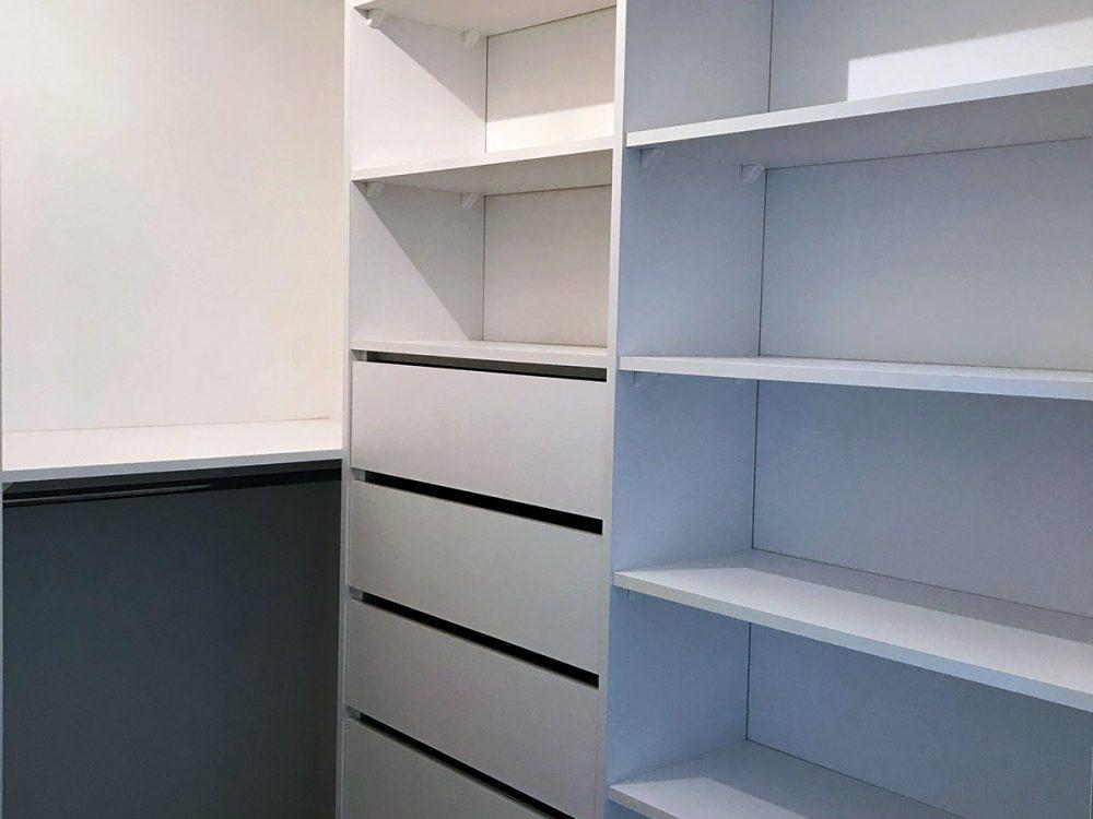 Biała kompaktowa garderoba - szuflady i pólki z prawej strony