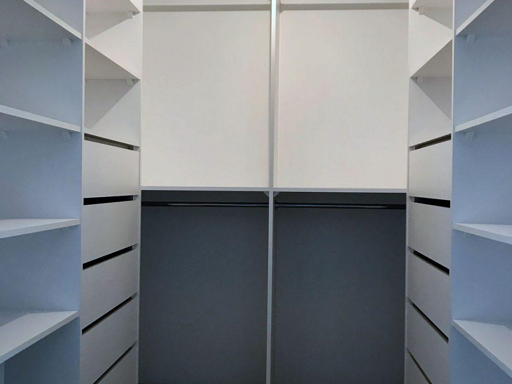 Biała kompaktowa garderoba - widok od przodu