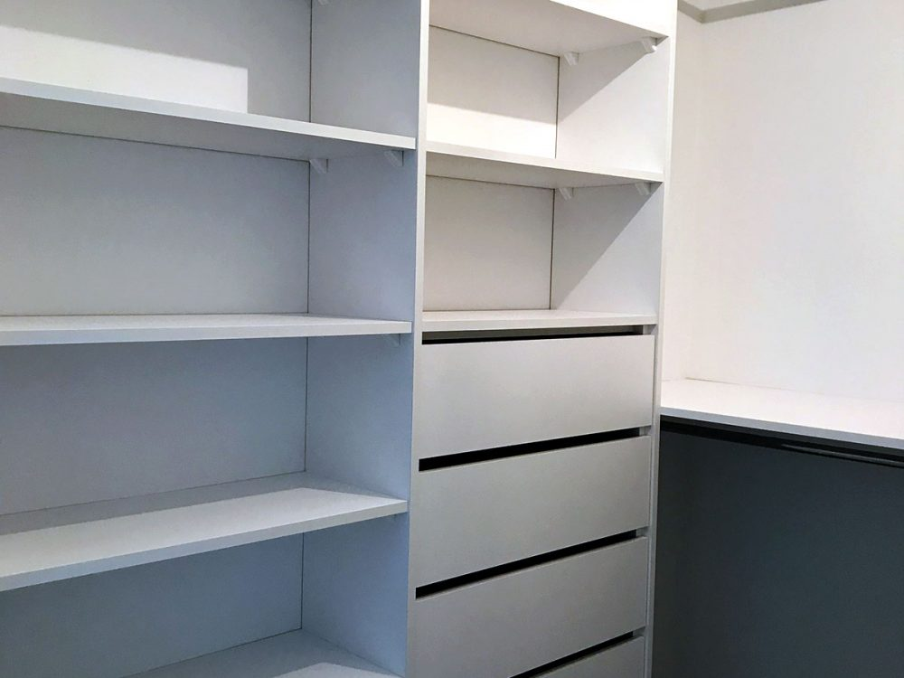 Biała kompaktowa garderoba - szuflady