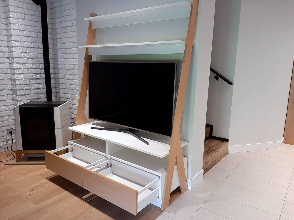 Nowoczesna biała komoda RTV z elementami w kolorze drewna - szuflady