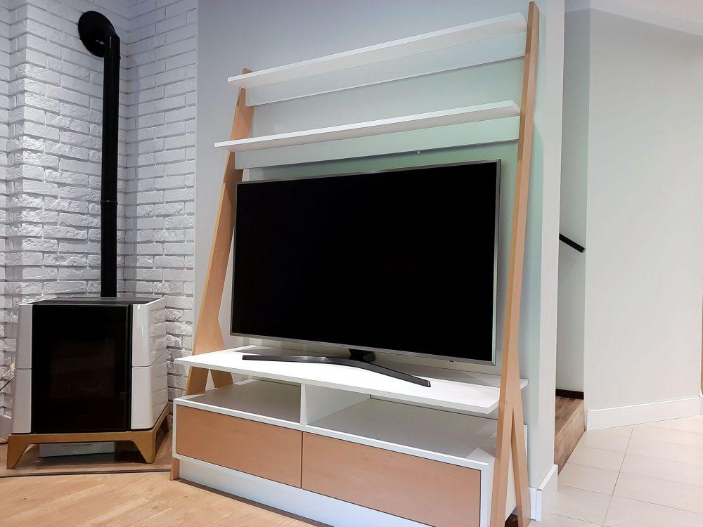 Nowoczesna biała komoda RTV z elementami w kolorze drewna