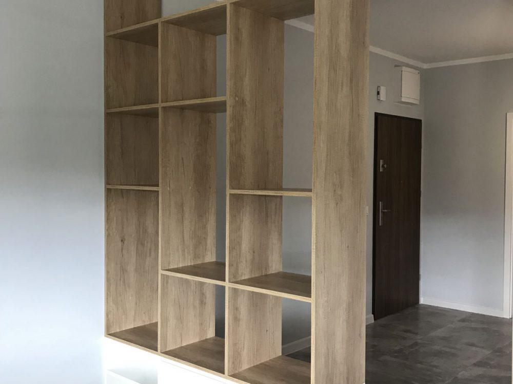 Regał z półkami w kolorze drewna i białymi szafkami