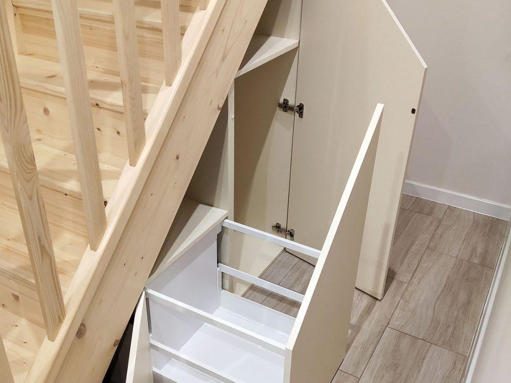 Zabudowa skosu pod schodami - szuflada