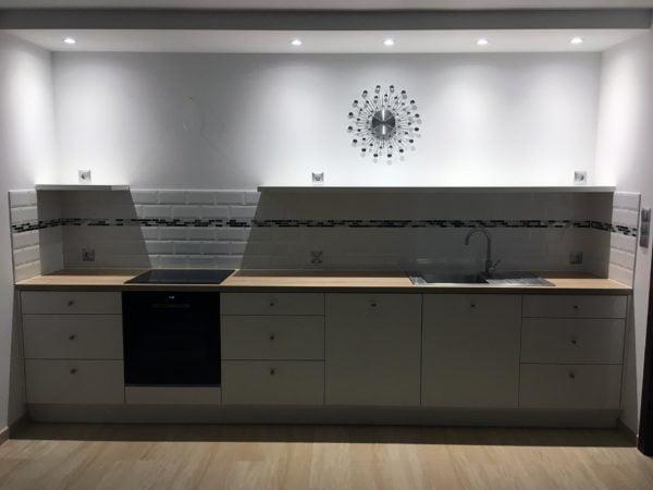 Biała kuchnia z akrylowanymi frontami