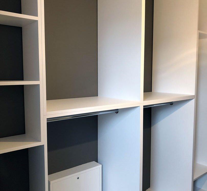 Biała garderoba z szufladami o kontrastowych frontach