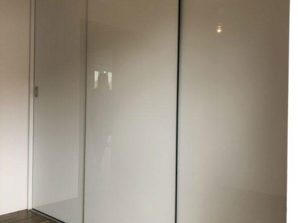 Biała szafa o szerokich drzwiach w okuciach bezramkowych 2