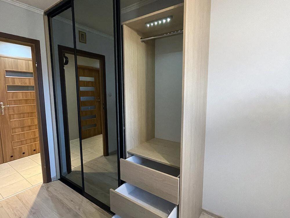 Szafa z drzwiami przesuwnymi z grafitowym lustrem