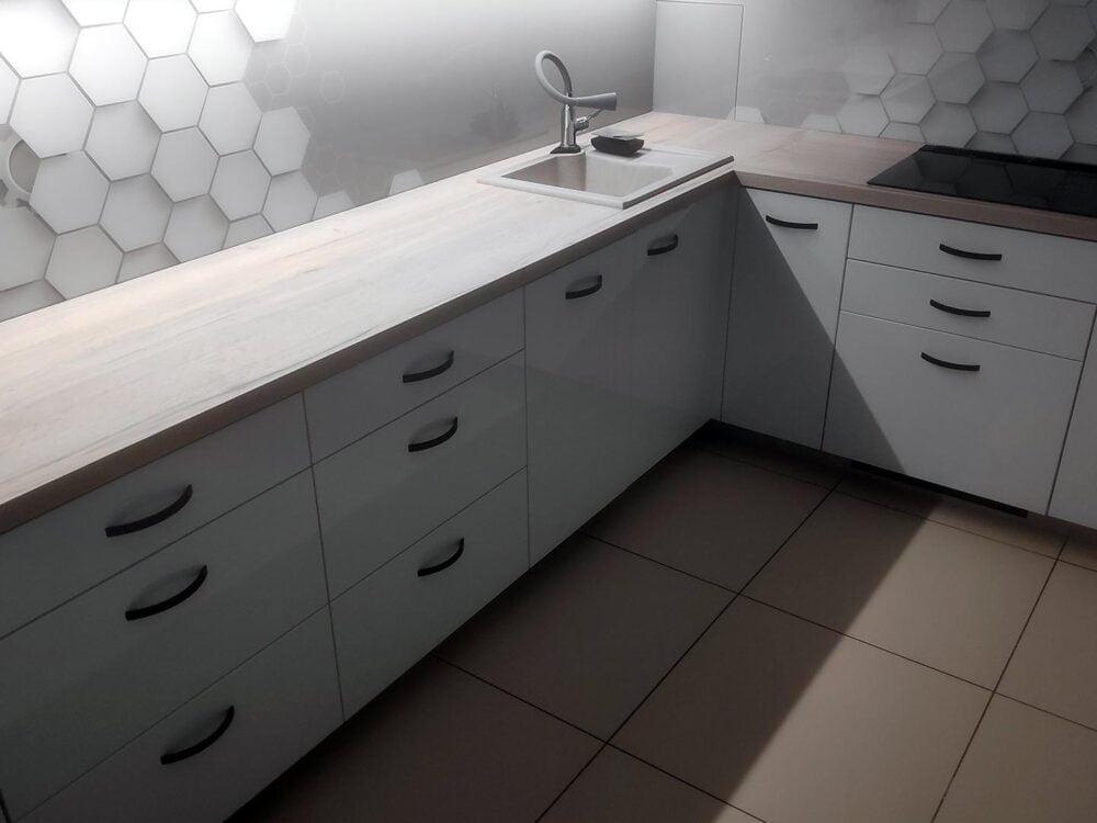 """Kuchnia typu """"L"""", z szafkami do sufitu, biały akryl"""