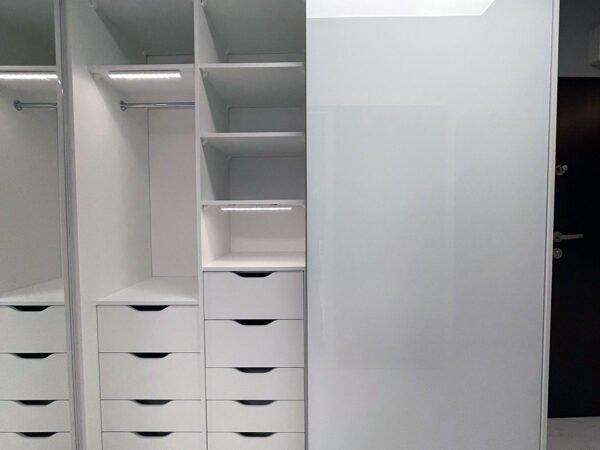 Pojemna szafa z dużą ilością szuflad w systemie bezramkowym 3/4