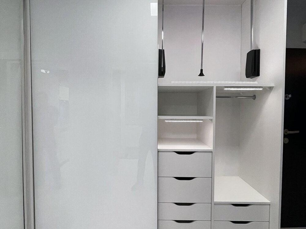 Pojemna szafa z dużą ilością szuflad w systemie bezramkowym 1/4